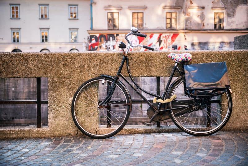 Tradycyjny klasyczny rowerowy pobliski wodny kanał obrazy stock