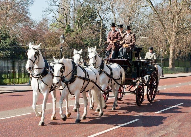 Tradycyjny koński fracht z brytyjskimi dżentelmenami fotografia royalty free