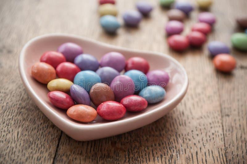 Tradycyjny kolorowy cukierek z sercem dla valentine d fotografia stock