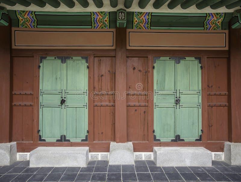 Tradycyjny koreańczyka stylu drzwi przy Gyeongbokgung pałac zdjęcie stock