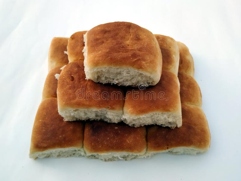 Tradycyjny kwadratowy bochenek chleb jest na bia?ym tle t?o chleba odosobniony biel zdjęcie stock