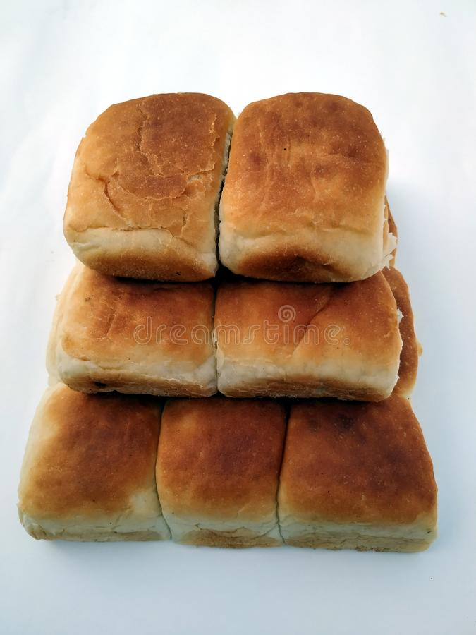 Tradycyjny kwadratowy bochenek chleb jest na bia?ym tle Chleb na bia?ym tle zdjęcie stock