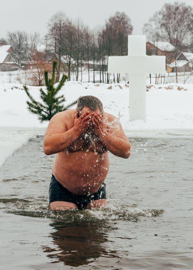Tradycyjny lodowy dopłynięcie w Ortodoksalnego kościół objawienia pańskiego Świętym dniu zdjęcie stock