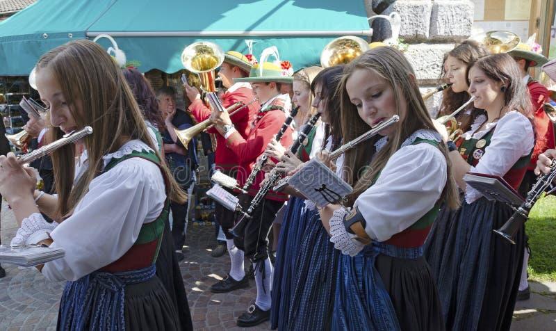 Tradycyjny ludowy zespół przy farnym jarmarkiem zdjęcie royalty free