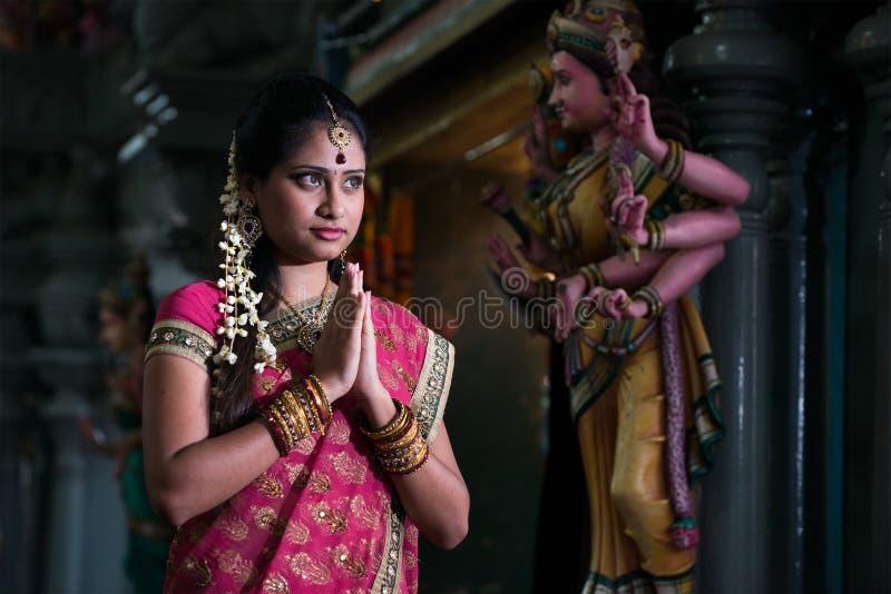 Tradycyjny Młody indyjski dziewczyny modlenie zdjęcia stock