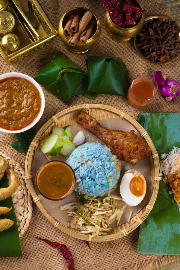 Tradycyjny Malezyjski jedzenie. Nasi kerabu jest typ nasi ulam, zdjęcia royalty free