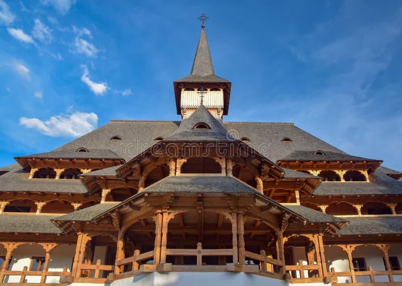 Tradycyjny Maramures drewniany budynek w Peri monasterze, Rumunia obrazy stock