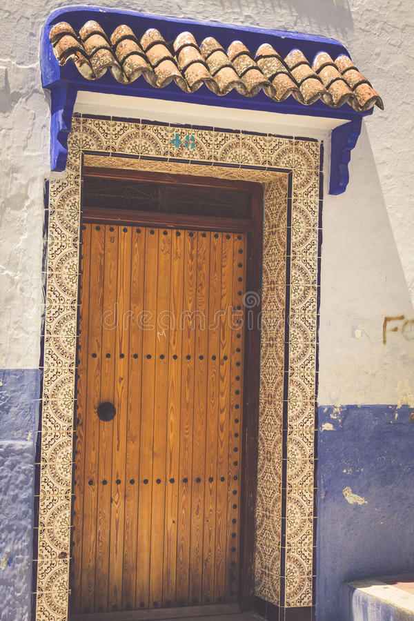 Tradycyjny marokański drzwiowy szczegół w Chefchaouen, Maroko, Afryka obrazy stock