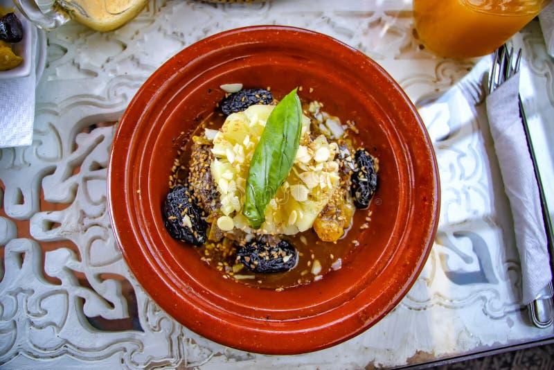 Tradycyjny Marokański tajin naczynie To jest mięsny, niektóre owoc i vegatebles lub Ten typowy jedzenie gotuje w Afrykański ceram zdjęcia stock