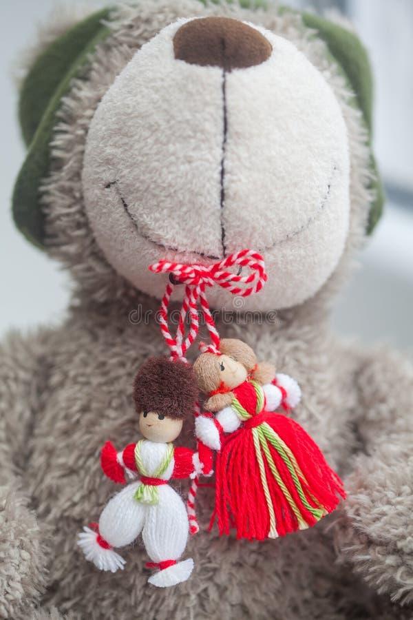 Tradycyjny Moldavien wiosny symbol Martisor w s zabawkarskiego psa ` zębach fotografia stock
