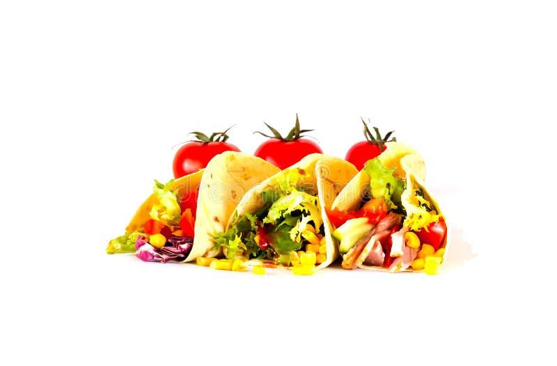Tradycyjny naczynie Meksykańska kuchnia Kukurydzanego tortilla tacos z jarzynowym plombowaniem na odosobnionym białym tle zdjęcie stock