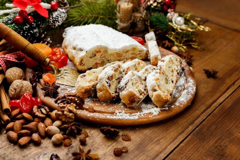 Tradycyjny niemiec tort z rodzynkami Dresdner stollen obraz royalty free