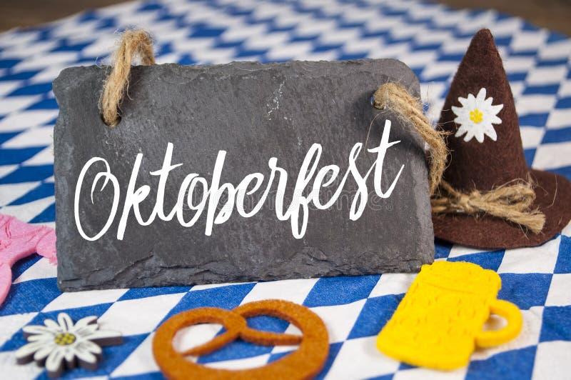 Tradycyjny niemiecki bavarian festiwal Oktoberfest z precli, piwa i miodownika sercem, zdjęcie royalty free