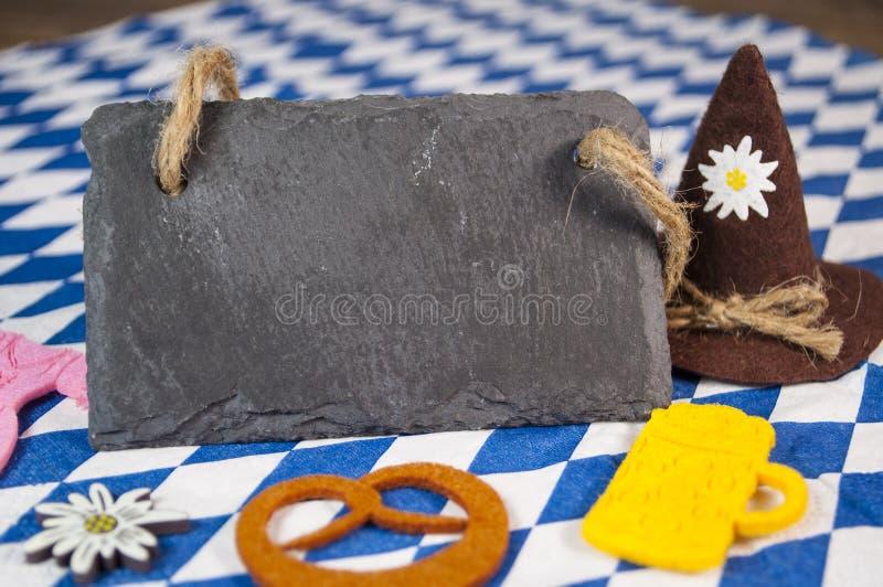 Tradycyjny niemiecki bavarian festiwal Oktoberfest z precli, piwa i miodownika sercem, fotografia stock