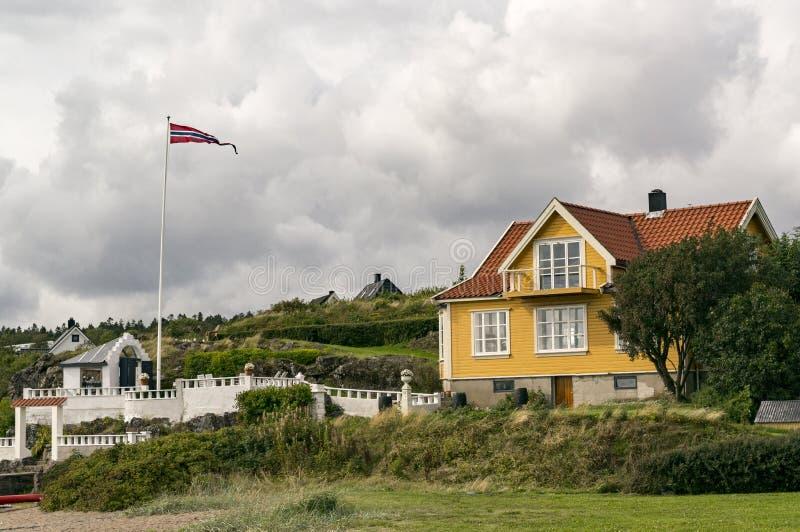 Tradycyjny norwegu dom na wybrzeżu fotografia royalty free