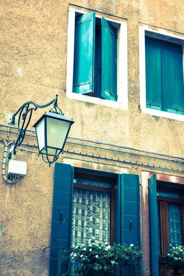 Tradycyjny okno typowy stary Wenecja budynek zdjęcia stock