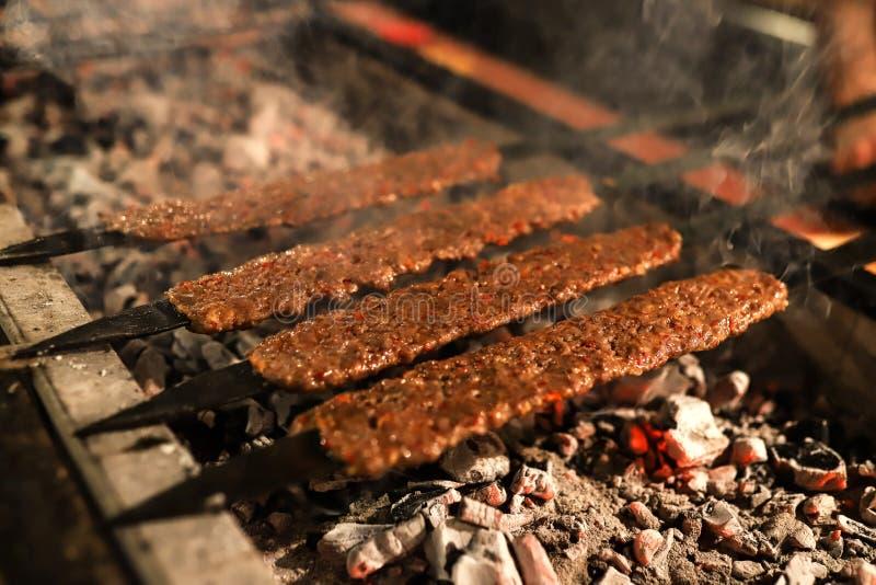 Tradycyjny orientalny Adana kebap i szaszłyka skewer z pomidorem i flatbread zdjęcie royalty free