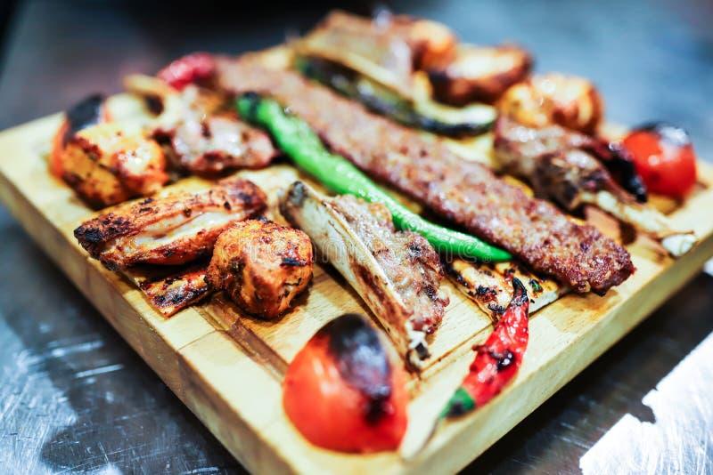 Tradycyjny orientalny Adana kebap i szasz?yka skewer z pomidorem i flatbread fotografia stock