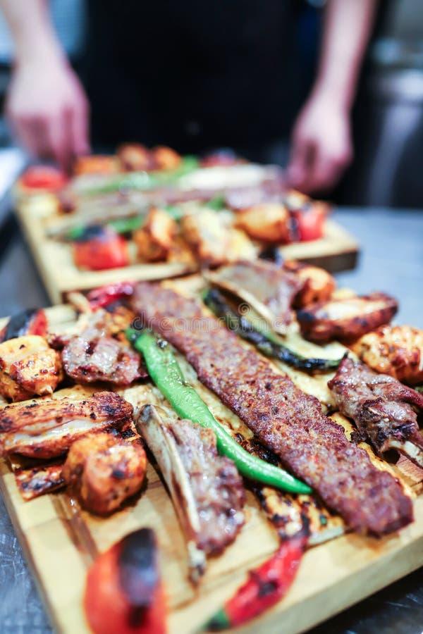 Tradycyjny orientalny Adana kebap i szasz?yka skewer z pomidorem i flatbread obraz royalty free