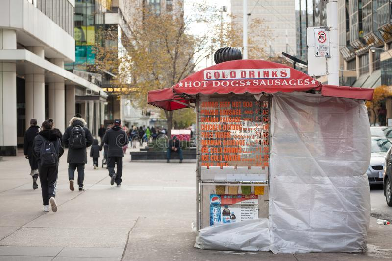 Tradycyjny Północnoamerykański hot dog stojak w W centrum Toronto, Ontario, sprzedaje kiełbasy, dłoniaki i napoje w ulicznym pobl zdjęcia stock