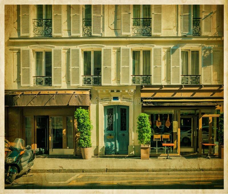 Tradycyjny paryżanina dom z kawiarnią. Stara fotografia zdjęcie royalty free