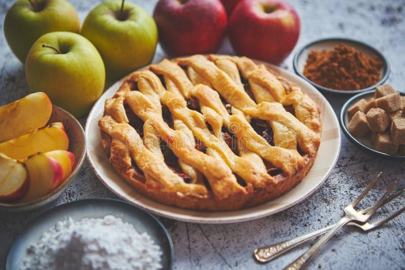Tradycyjny piec jabłczanego kulebiaka tort słuzyć na ceramicznym talerzu zdjęcia stock