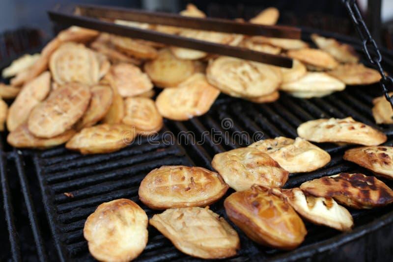 Tradycyjny połysk dymił ser znać jako oscypek na grillu zdjęcie royalty free