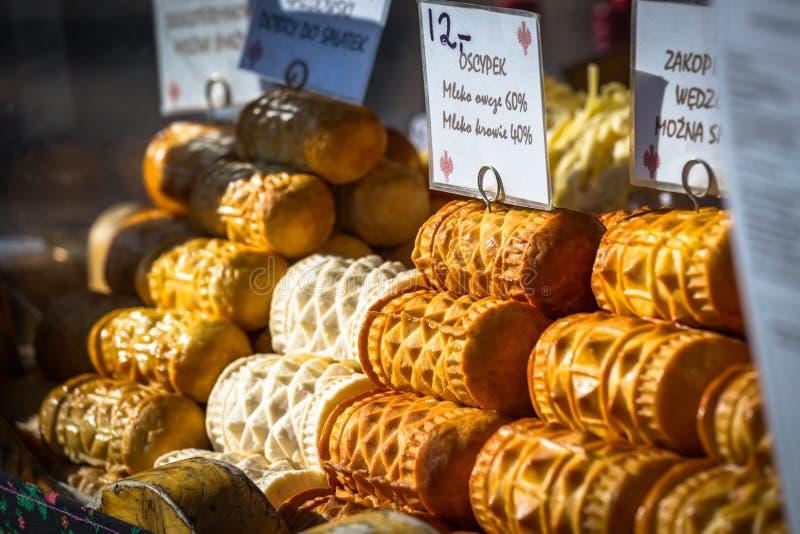 Tradycyjny połysk dymił serowego oscypek na plenerowym rynku w Za obrazy royalty free