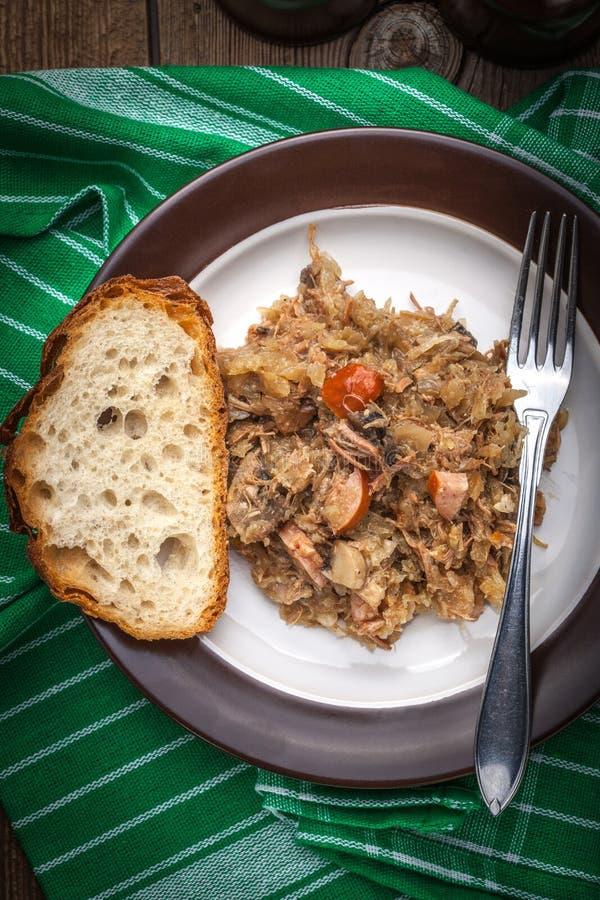 Tradycyjny połysku sauerkraut z pieczarkami i mięsem (bigosy) obraz stock
