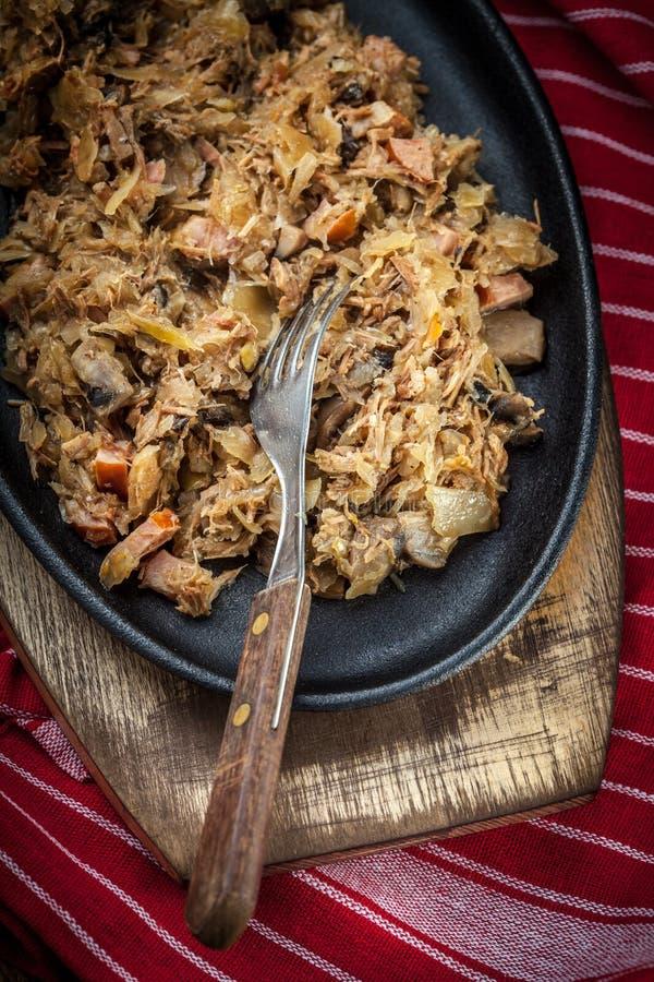 Tradycyjny połysku sauerkraut z pieczarkami i mięsem (bigosy) obrazy royalty free