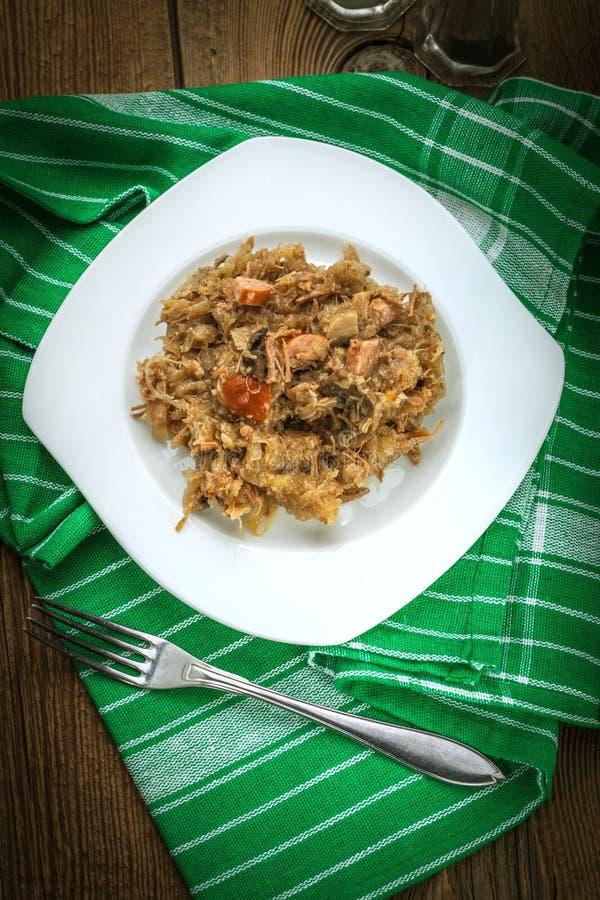 Tradycyjny połysku sauerkraut z pieczarkami i mięsem (bigosy) zdjęcie stock