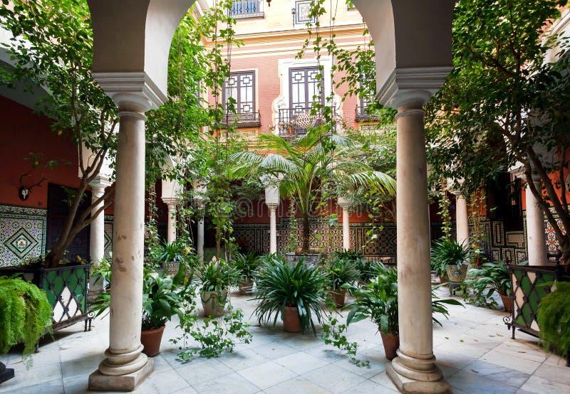 Tradycyjny podwórze z kolumnami, ogrodowe rośliny w dziejowym domu Andalusia zdjęcia stock