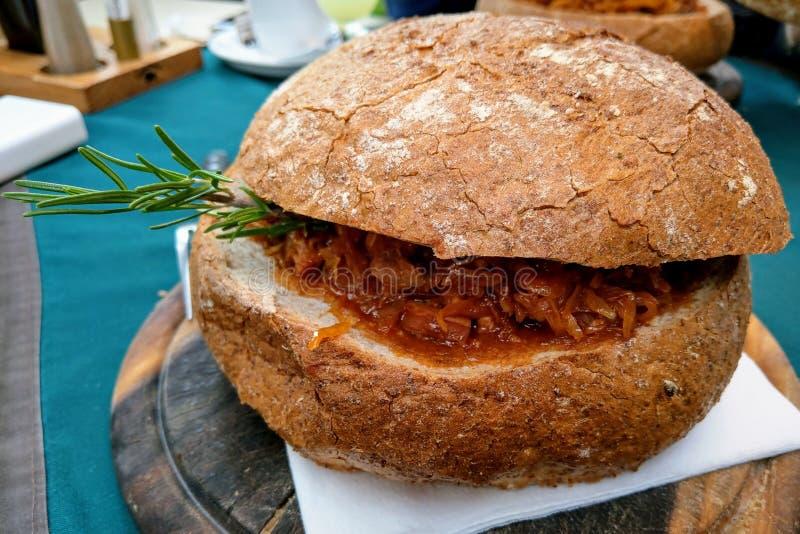 Tradycyjny Polski naczynie siekający sauerkraut i świeża kapusta z znakomicie - mięsem, pieczarkami i kiełbasą, zdjęcie royalty free