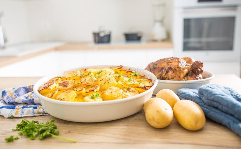 Tradycyjny posiłek piec grule i całego kurczaka na domowym kuchennym stole fotografia stock
