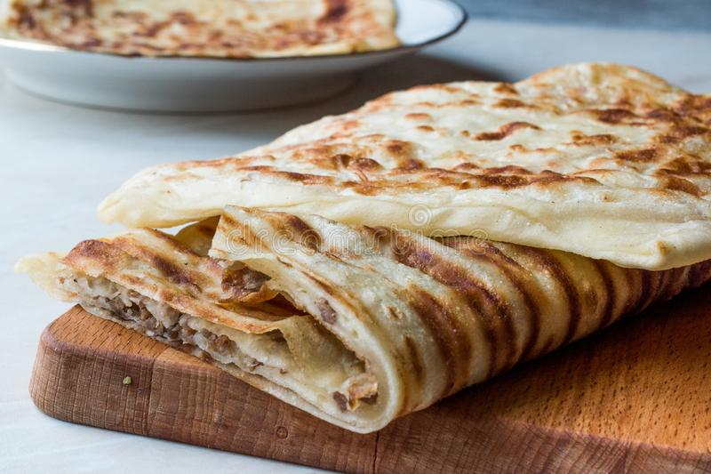 Tradycyjny Qutab lub Gozleme robić z ciastem, Minced mięsem lub serem, zdjęcia stock