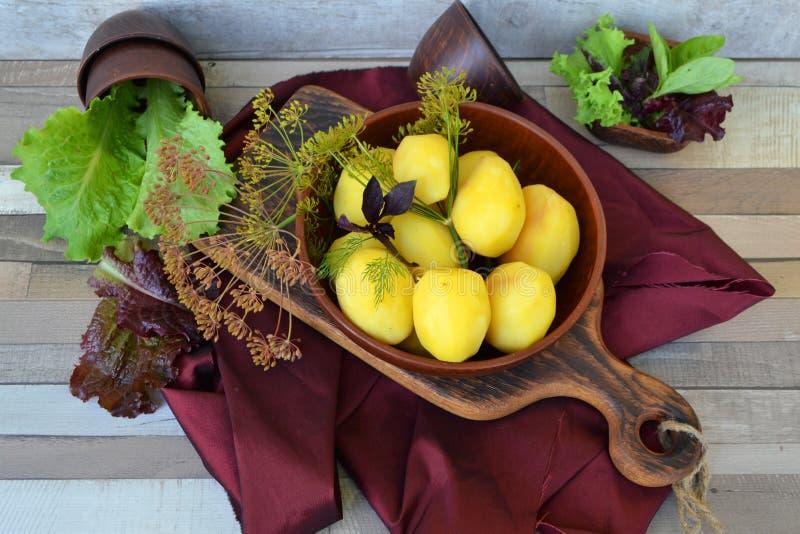 Tradycyjny rosjanin gotował się grule z koperem i smażył cebule w pucharze na starej drewnianej tnącej desce, basil, podławy stół zdjęcie royalty free