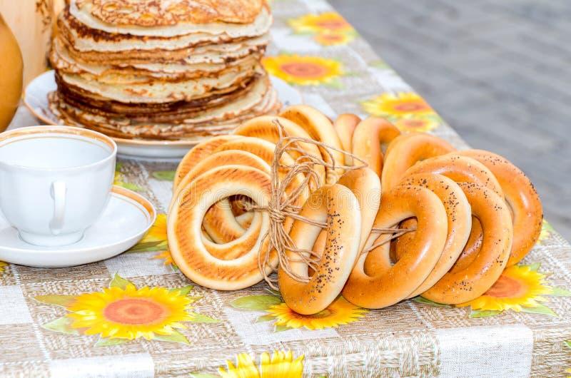 Tradycyjny Rosyjski jedzenie podczas naleśnikowego maslenitsa lub tygodnia obraz royalty free