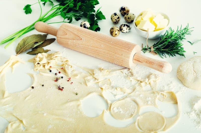 Tradycyjny rosyjski pelmeni, pierożek, kluchy z mięsem na bielu betonuje tło Pietruszka, przepiórek jajka, pieprz zdjęcie stock