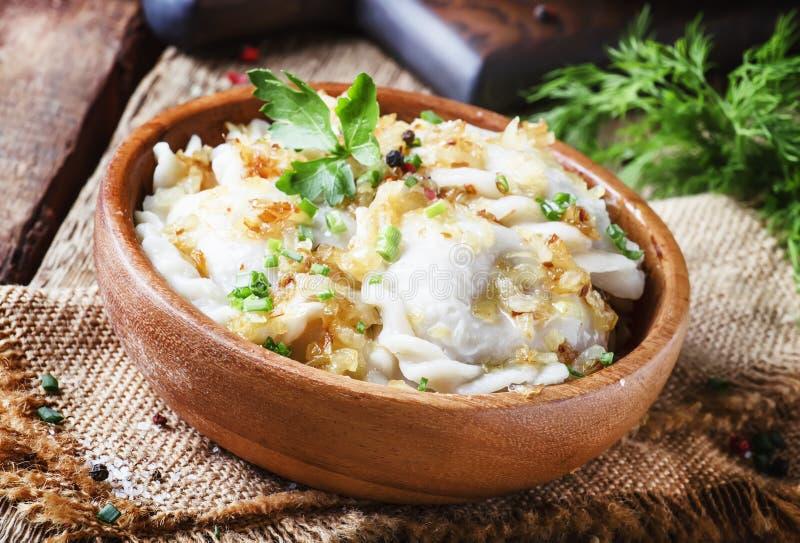 Tradycyjny Rosyjski vareniki z grulami i smażyć cebulami w b fotografia stock