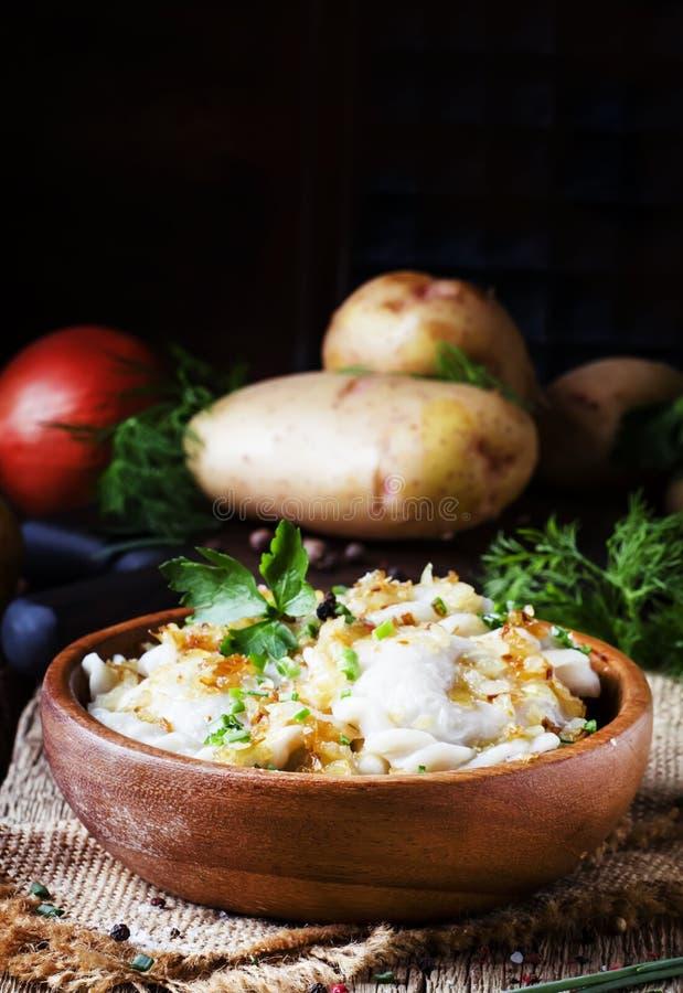 Tradycyjny Rosyjski vareniki z grulami i smażyć cebulami w b obraz royalty free