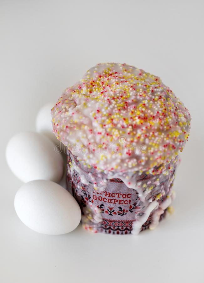 Tradycyjny Rosyjski wielkanoc torta kulich z białymi jajkami odizolowywającymi na białym tle, obraz stock