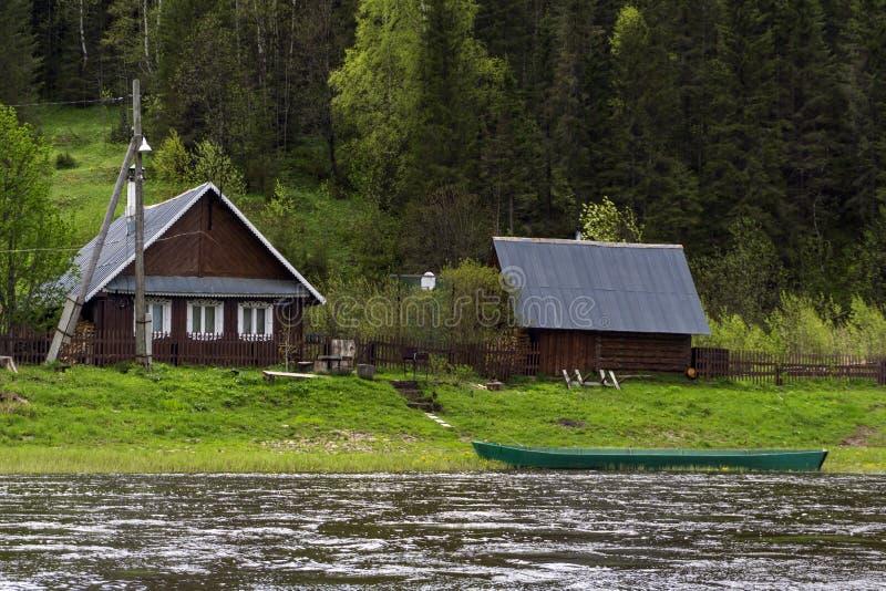 Tradycyjny rosyjski wioska dom na brzeg rzeki obraz stock