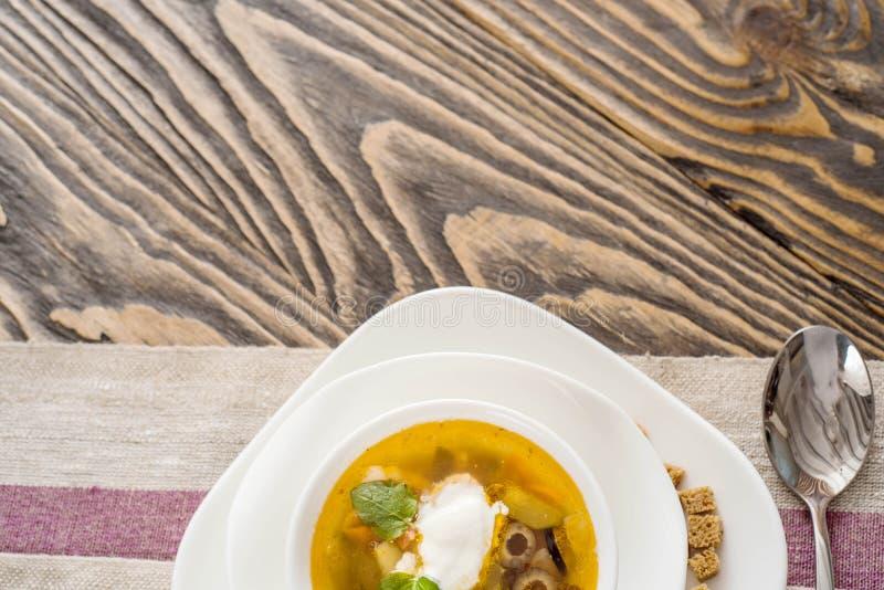 Tradycyjny Rosyjski zupny Solyanka saltwort zbliżenie w pucharze na stole zdjęcie stock