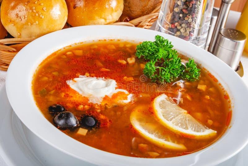 Tradycyjny Rosyjski zupny Solyanka w białym pucharze zdjęcie stock
