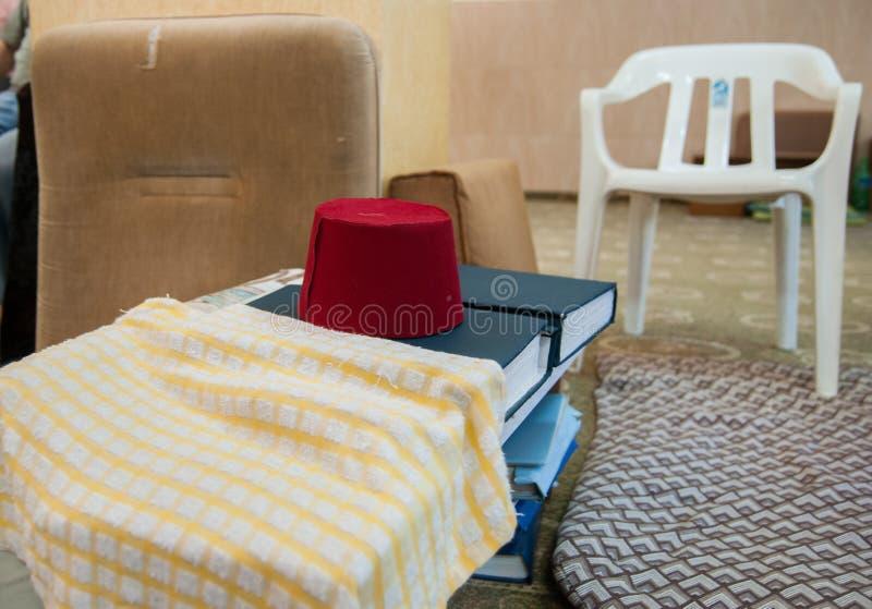 Tradycyjny samarytanina headwear ` fezu ` na świętych księgach obrazy stock
