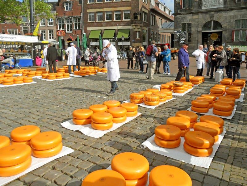Tradycyjny Serowy handel przy Gouda sera rynkiem holandie zdjęcie stock