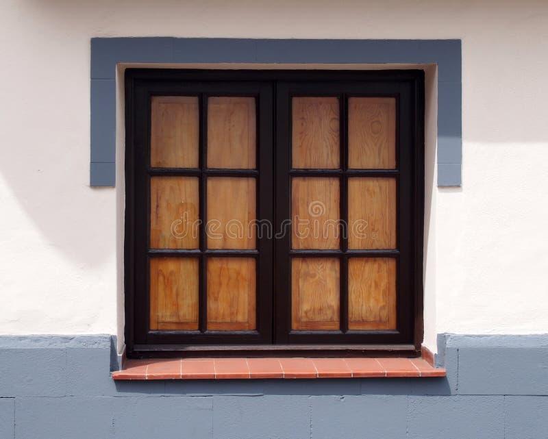 Tradycyjny stary drewniany okno z szklanymi taflami zamykał wewnętrznego s zdjęcie stock