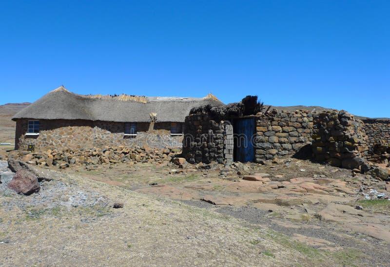 Tradycyjny styl budynek mieszkalny w Lesotho przy Sani przepustką przy wysokością 2 874m fotografia royalty free