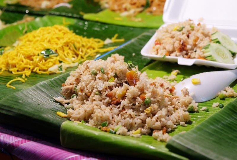 Tradycyjny tajlandzki jedzenie smażył ryż w ulicie Tajlandia zdjęcia stock