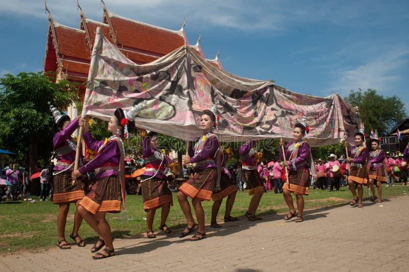 Tradycyjny Tajlandzki taniec w Rakietowym festiwalu 'dobrodziejstwa uderzenie Faja' obrazy stock